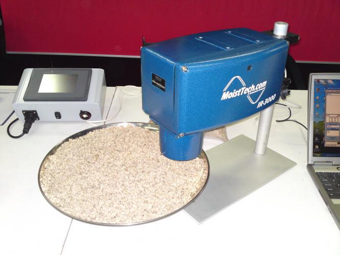 Moisture analyzer of bulk materials